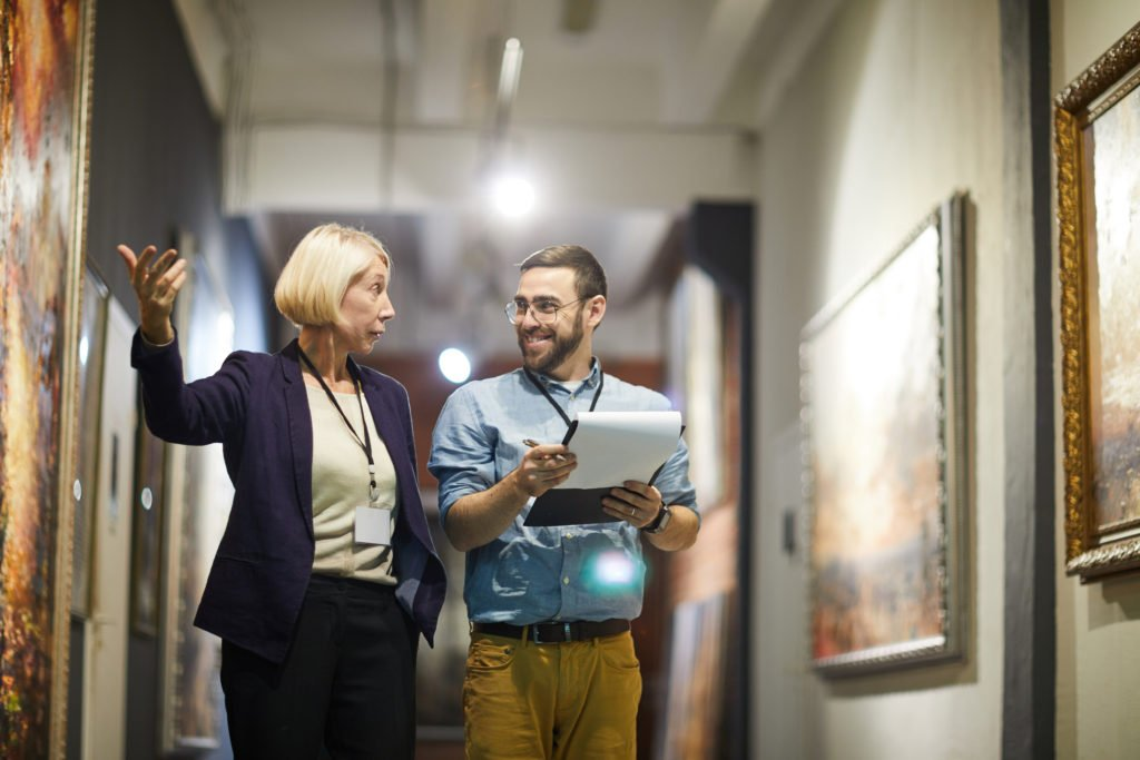what is a museum curator?
